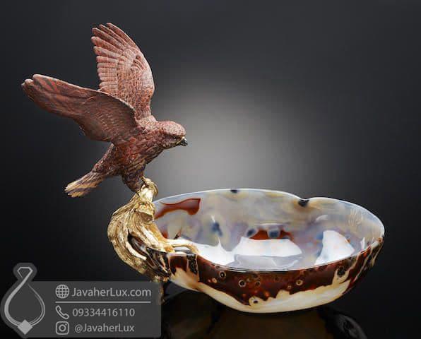 کاسه تراش داده شده از سنگ عقیق به همراه مجسمه عقاب سنگ جاسپر